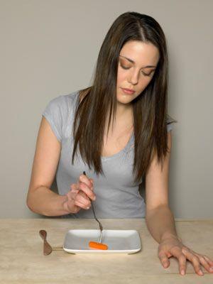 - Sürekli diyet yapmak ve zararlı olduğu düşünülen bir şey yendiğinde suçluluk hissetmek. - Yemeğin lezzetinden çok sağlıklı olduğunu düşünmek. - Sağlıksız beslenenleri eleştirmek.  - Korkular yüzünden birçok yiyecekten vazgeçmek.
